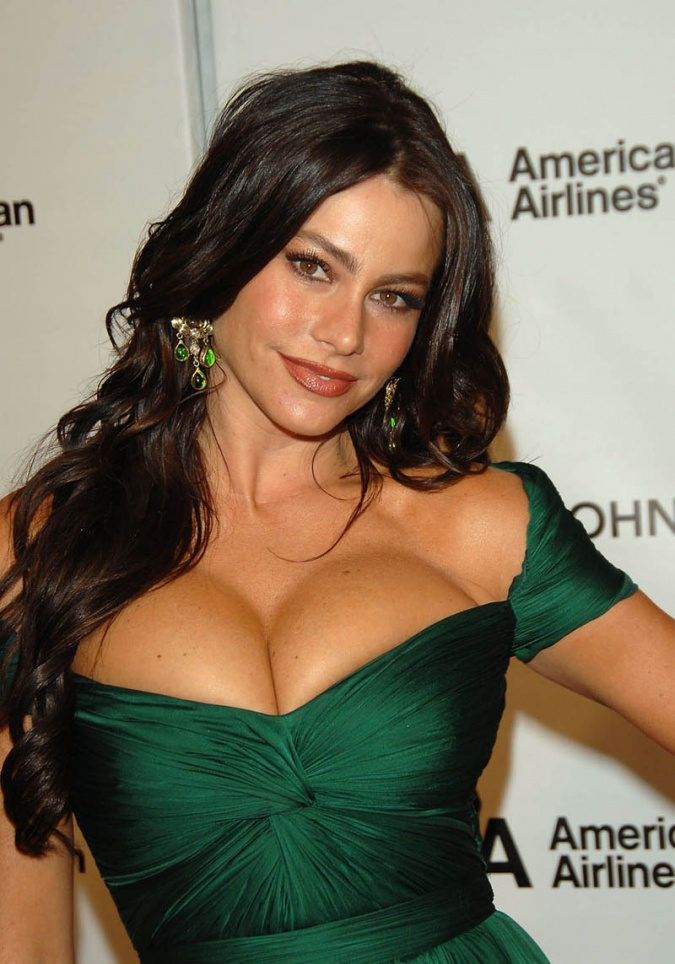http://www.hollywoodchaos.com/content/posts/254/top-20-celebrity-babes-with-mouth-watering-cleavage-full-view-img-15.jpg