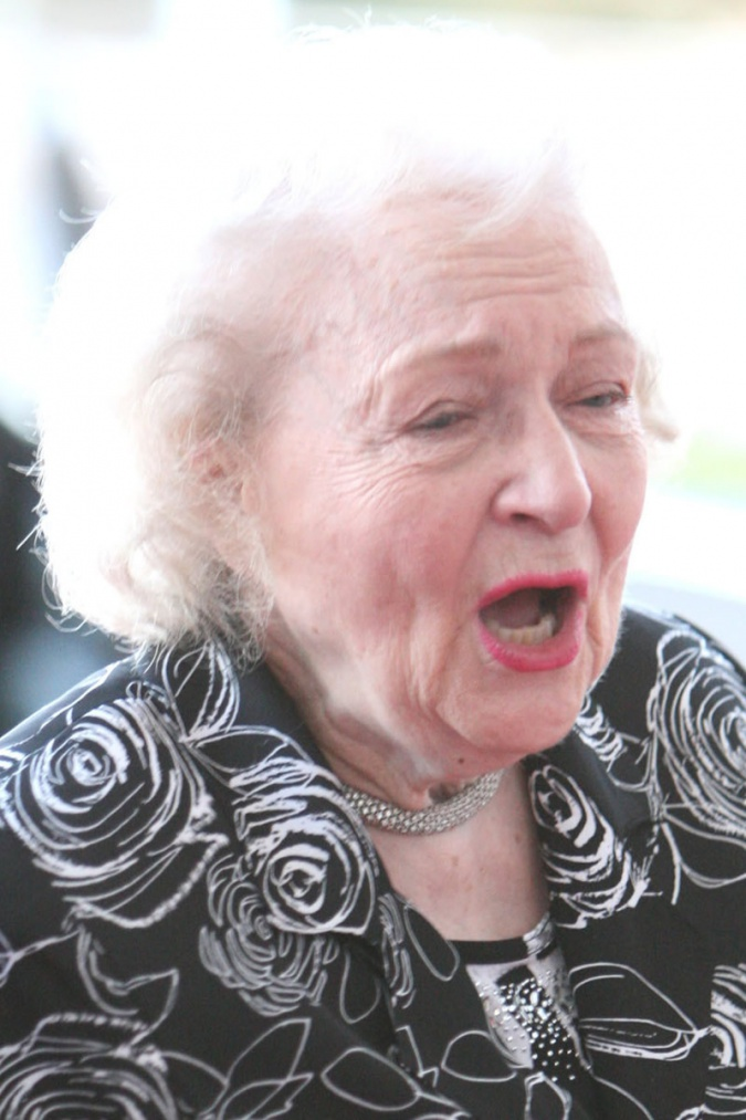 http://www.hollywoodchaos.com/content/posts/3379/old-lady-fight-betty-white-style-full-view-img-2.jpg