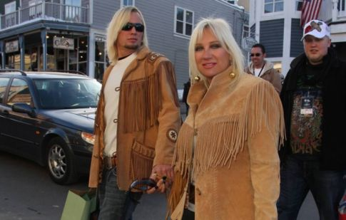linda hogan and charlie hill break up. After a nasty reak up, Linda