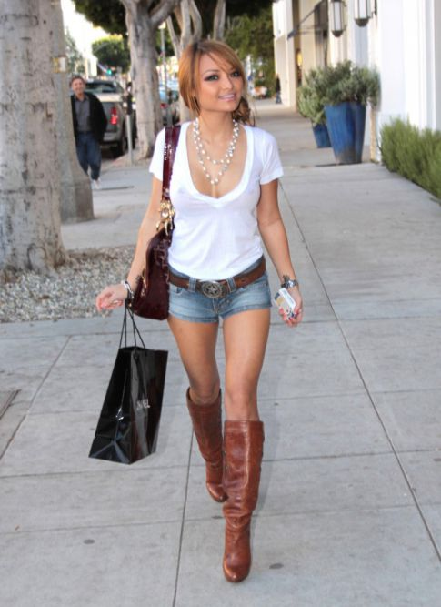 Tila Tequila Shops for Revealing Clothes, Sans Her MySpace Friends